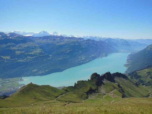 Blick vom Brienzer Rothorn über den Brienzer See bis zu den Alpen mit der Dreierkette Eiger, Mönch und Jungfrau.  Foto: @zwitscherkitz