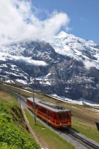 Auf geht's zum Top of Europe: Von der Scheidegg geht's zur höchstgelegenen Eisenbahnstation Europas - dem Jungfraujoch.  Foto: @offpulse